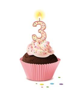 Cupcake mit Kerze und die Zahl 3